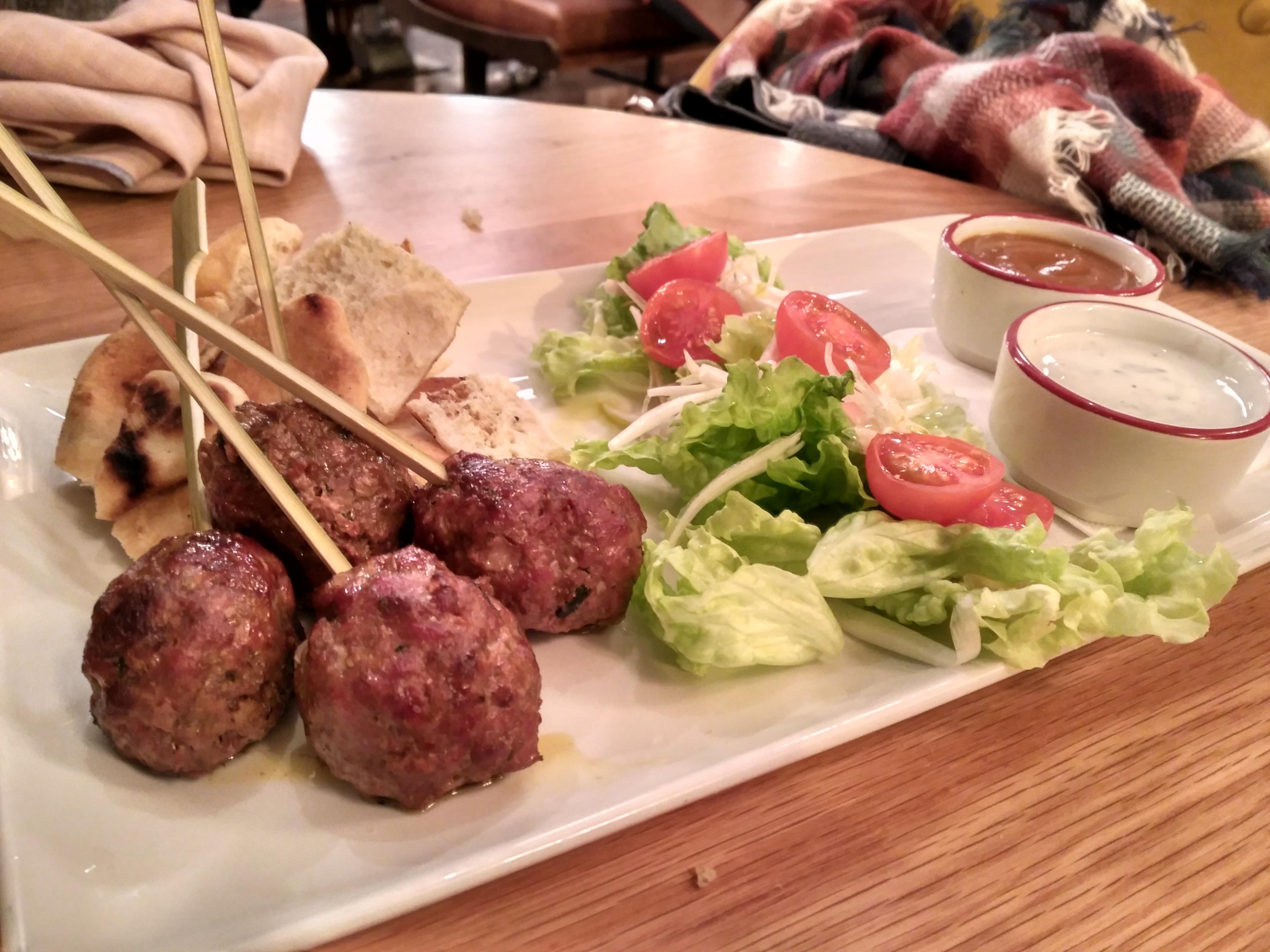 Kebab de ternera en brochetas con salsa de yogur
