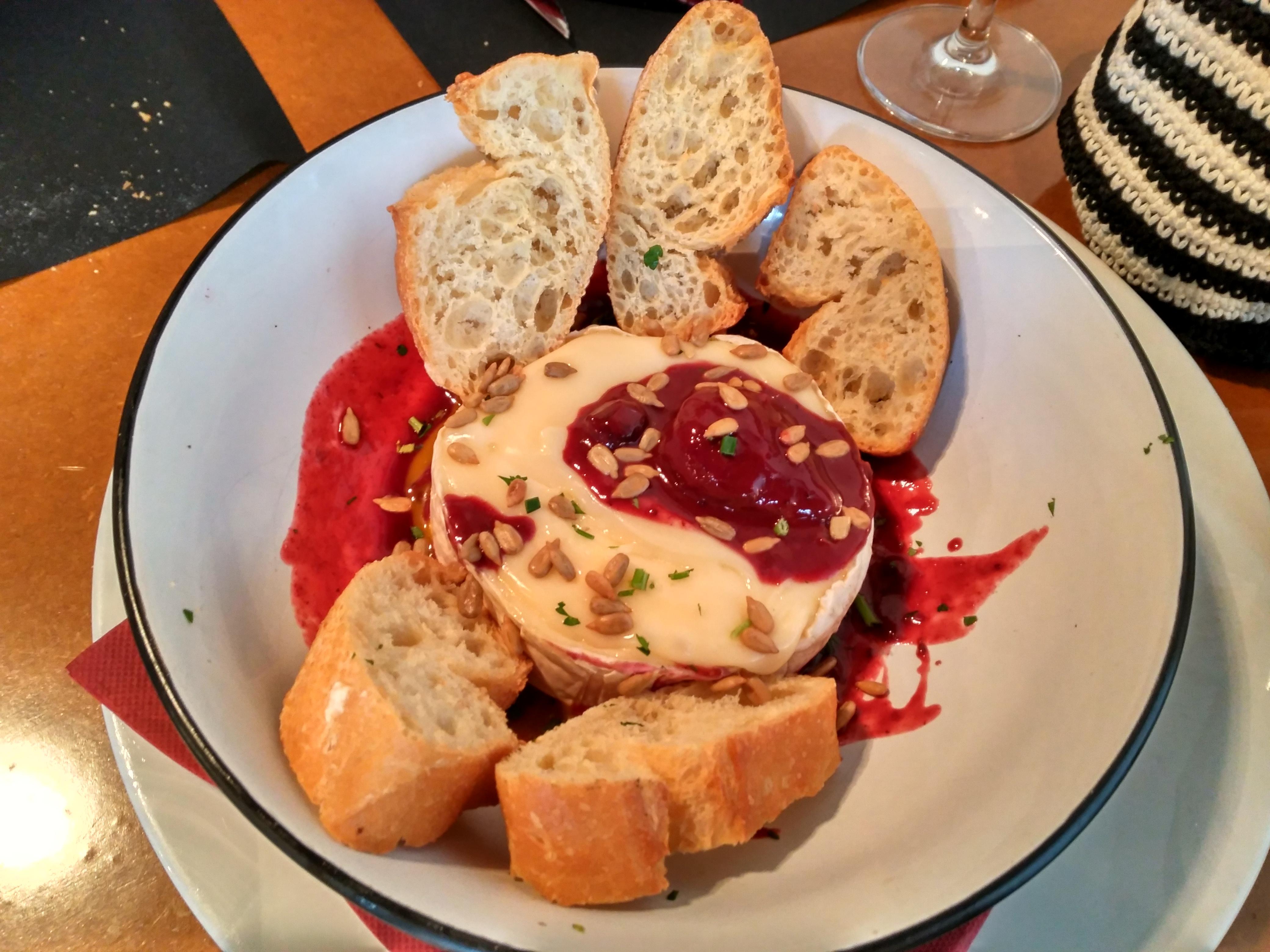 Queso camembert fundido con totas de pan y confitura de frutos rojos La Viña de San Francisco Bilbao